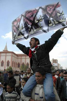 Demonstrant mit Anit-Mubarak-Transparent
