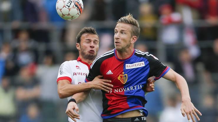 Marc Janko (hier im Zweikampf Elsad Zverotic vom FC Sion) erzielt durchschnittlich in der 24. Minute das 1:0 für den FCB.