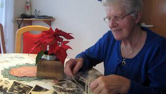 Beim Betrachten von alten Fotos tauchen bei Marie Koch Erinnerungen an die Meitlitage auf. margrit rüetschi