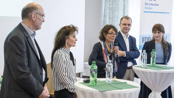 Lindenhof-Geschäftsführer Ralph Bürge, Rotkreuz-Geschäftsführerin Regula Kiechle, Spitex-Präsidentin Rebekka Hansmann, der Gesundheitsökonom Stefan Felder sowie die Moderatorin und FDP-Grossrätin Martina Sigg (von links nach rechts).