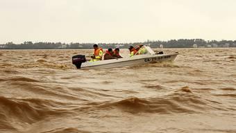 Rettungskräfte fahren mit einem Boot über überflutetes Gebiet in Quang Binh. Foto: Nguyen Van Ty/VNA/AP/dpa