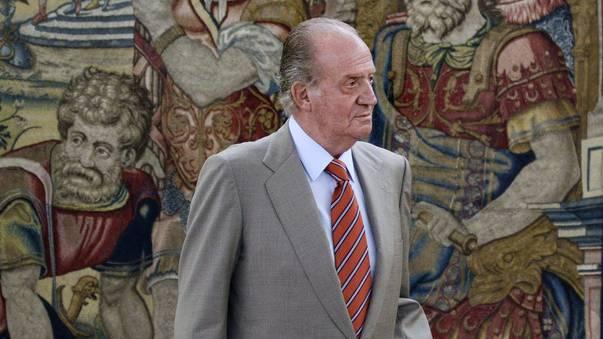 Spaniens König Juan Carlos geht nach Jagdunfall an einer Krücke.