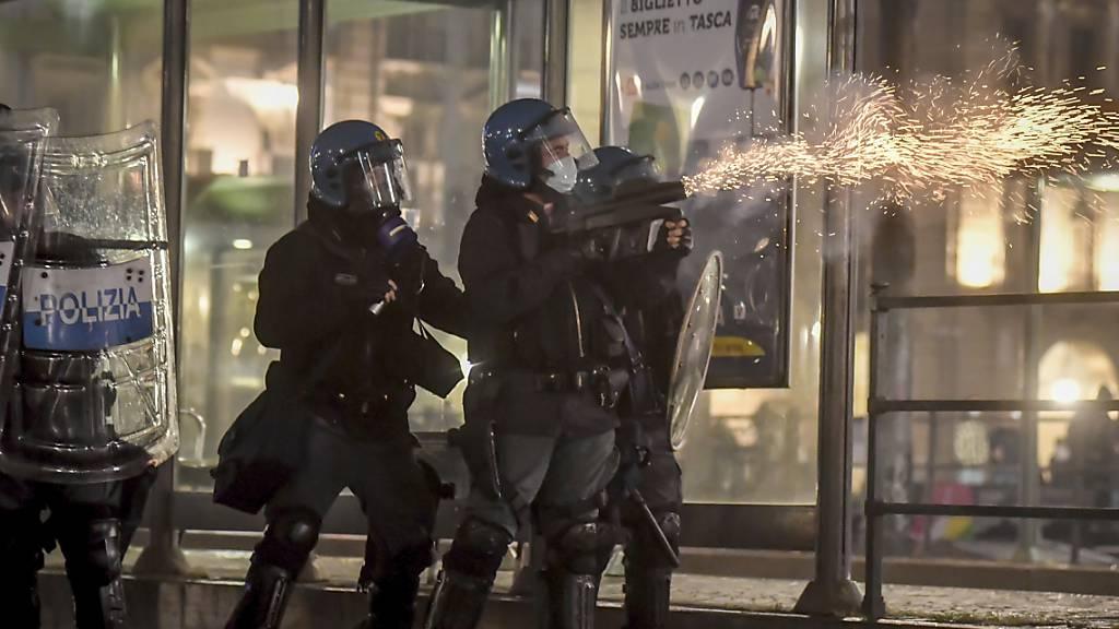Gewalt und Festnahmen bei Protesten gegen Corona-Massnahmen in Italien