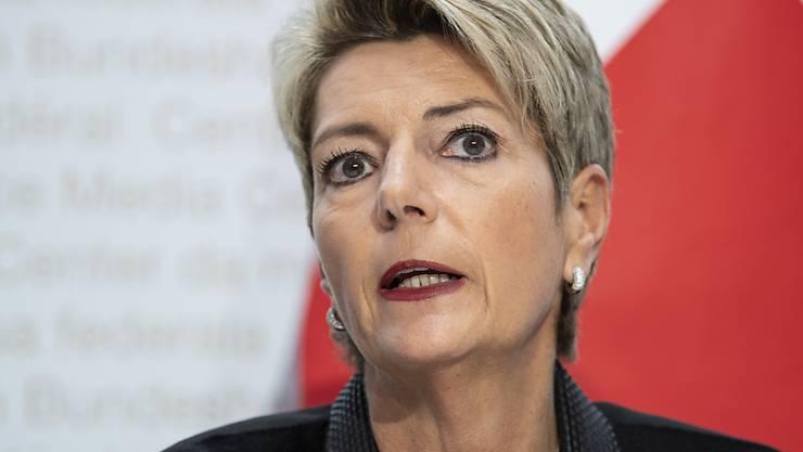 Justizministerin Karin Keller-Sutter will nach dem Ja zum revidierten Waffengesetz den Gegnern entgegen kommen. Eine Ausnahmebewilligung für verbotene Waffen soll 50 Franken kosten. Das ist weniger als geplant war.