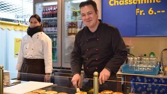 Marc Serieys serviert eine der sagenumwobenen Chässchnitten.