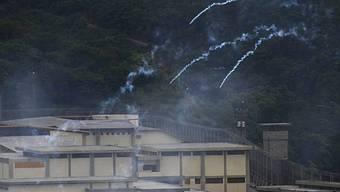 Tränengas schwebt über dem Gefängnis El Rodeo I