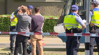 Bei einem schweren Unfall stirbt am Freitagvormittag ein Velofahrer. Die Polizei sucht Zeugen.