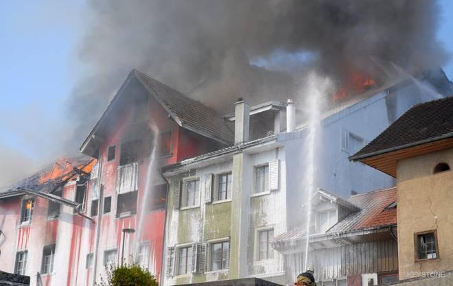 """Die Rückseite der """"Rebstock""""-Liegenschaft (rot), auch das angrenze Stadthaus wird durch das Feuer stark beschädigt."""