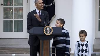 Barack Obama mit seinen beiden kleinen Neffen Austin (Mitte) und Aaron Robinson, die im Gegensatz zu seinen Teenie-Töchtern noch nicht zynisch geworden seien.
