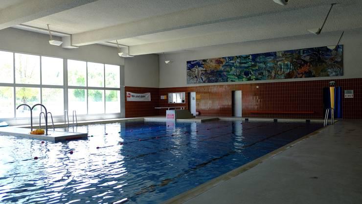 Das Hallenbad soll saniert und auf Kosten des Aussenbereichs (links) um eine Rutschbahn und ein Planschbecken erweitert werden.