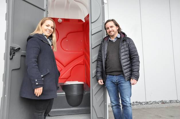 Manuela und Michael Forlin vor einem mobilen WC-Haus.