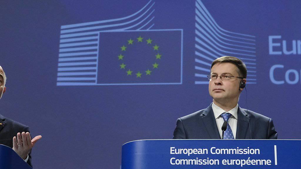 EU-Haushaltskommissar Pierre Moscovici (links) und EU-Vizekommissions-Präsident Valdis Dombrovskis haben am Mittwoch in Brüssel die Einigung im Budgetstreit mit der italienischen Regierung in Rom bekannt gegeben.
