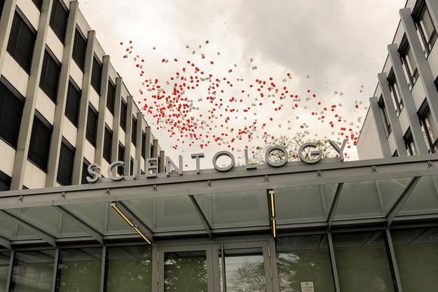 Eröffnung des Zentrums Ideal Org an der Burgfelderstrasse. Nun steigen die Ballons.