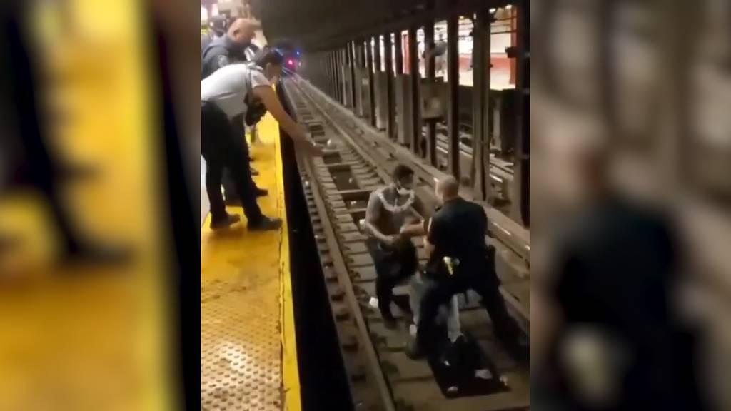 Kurz bevor die U-Bahn einfährt: Polizist rettet ohnmächtigen Mann von den Gleisen