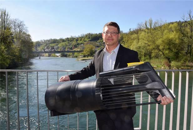 Projektleiter Philippe Ramuz mit einem Modell einer Stromboje im Massstab 1:10.