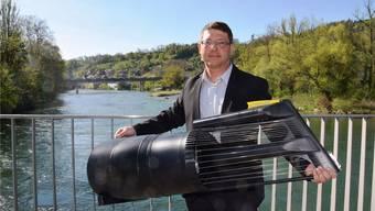 Projektleiter Philippe Ramuz mit einem Modell einer Stromboje im Massstab 1:10. Ins Wasser gelassen werden sollen die geplanten sechs Strömungsturbinen in der Aare zwischen Casinobrücke (hinten) und Aaresteg.