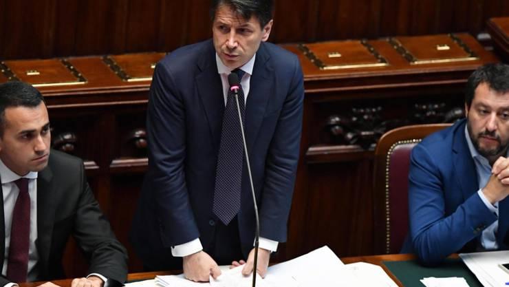 Premierminister Giuseppe Conte (Mitte) bei seiner Rede vor dem Abgeordnetenhaus, mit Innenminister Matteo Salvini (r) und Arbeitsminister Luigi Di Maio.
