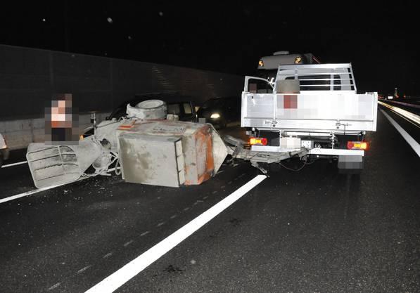Der Lieferwagen drehte sich um die eigene Achse, der Anhänger kippte um.