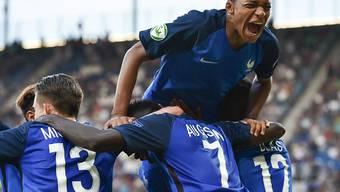 Der Franzose Kylian Mbappé (oben) und seine Kollegen feiern den überlegenen Sieg im Final der U19-Europameisterschaft gegen Italien