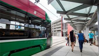 3er-Tram an der derzeitigen Endstation in Saint-Louis. Im Hintergrund ist die Park & Ride Anlage zu sehen.