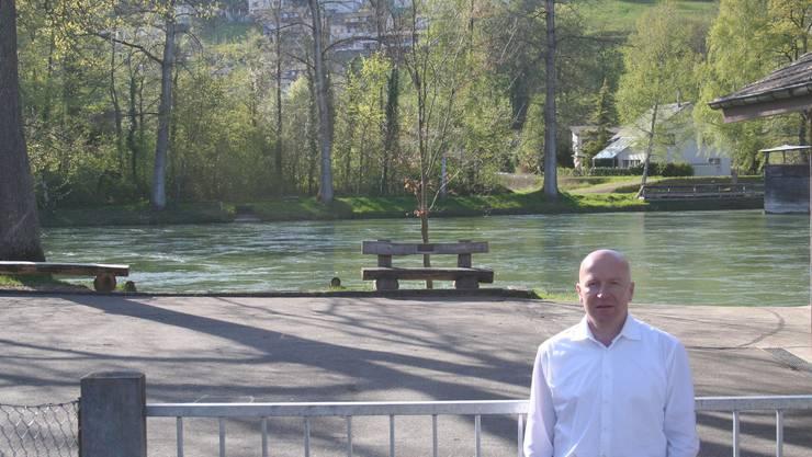 Am Ort des Geschehens: Autor Markus Kirchhofer an der Aare beim Stützpunkt der Pontoniere Schönenwerd-Gösgen.
