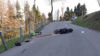 Der Fahrer dieses Motorrads hat sich bei einem Unfall in Bauma schwer verletzt.