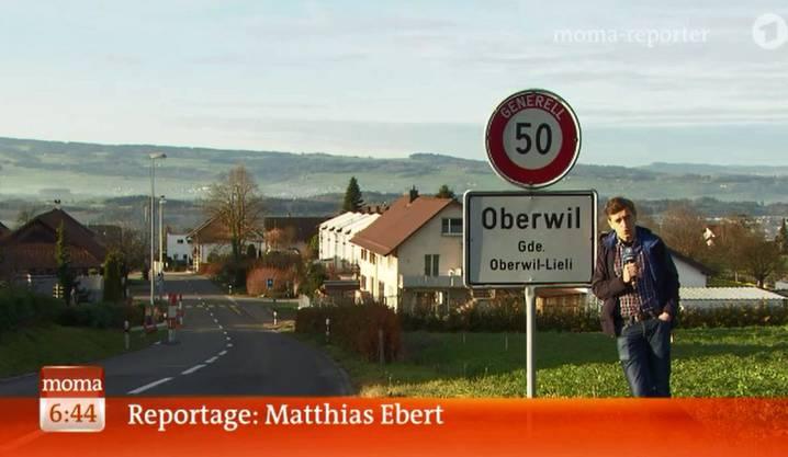 Reporter Matthias Ebert vom ARD-Morgenmagazin berichtet vom Flüchtlings-Streit in Oberwil-Lieli.