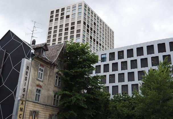 Das Nagelhaus in Zuerich West, links, aufgenommen am Donnerstag, 30. Mai 2013