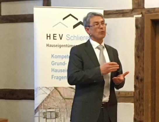 Rolf Truninger beim Vortrag