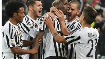 Die Spieler von Juventus bejubeln den Führungstreffer von Paul Pogba