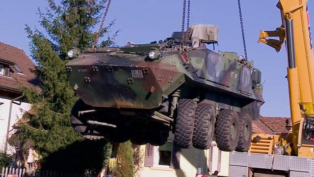 Militärfahrzeug weicht LKW aus - es kracht trotzdem