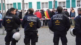 Polizeikräfte schirmen die Asylgegner in Weil ab.