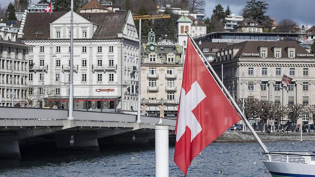 Die Coronakrise hat der Schweizer Hotellerie in der ersten Jahreshälfte einen historischen Rückgang beschert. Im Juni erholten sich die Zahlen aber wieder etwas. (Themenbild)