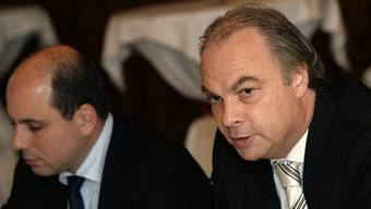 Roger Liebi (rechts), Präsident der Stadtzürcher SVP, an einer Medienkonferenz mit seinem Parteikollegen Mauro Tuena.