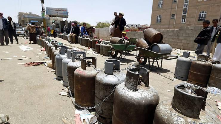 Auch an Gas mangelt es - im Bild sind leere Gasbehälter, die in Sanaa zum Auffüllen aufgereiht sind