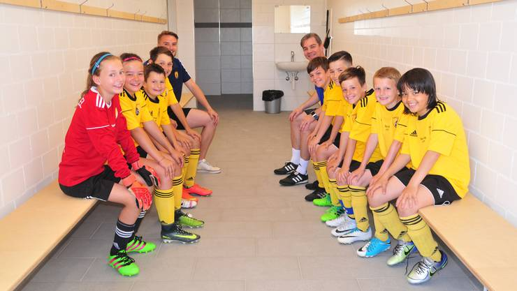 Das Junioren Eb-Team mit seinen Trainern Marco Brand (hinten links) und Andy Waldmeier (hinten rechts) präsentiert sich gut gelaunt in einem der beiden neuen Garderoben-Räume im ersten Stock.