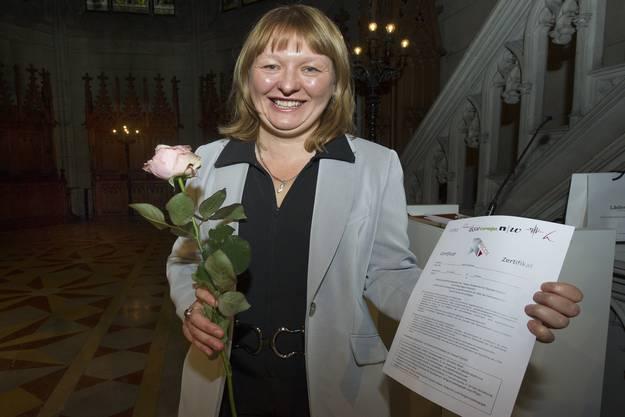 Bachelor-Diplomandin Halina Wolski konnte das RECOS-Zertifikat entgegennehmen.