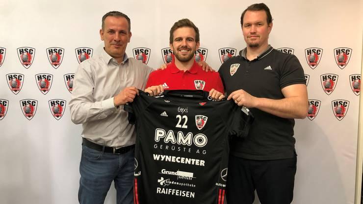 Sergio Muggli (M.) hat beim HSC Suhr Aarau einen Zweijahresvertrag unterschrieben. Sportchef Michael Conde (l.) und Cheftrainer Misha Kaufmann freuen sich.