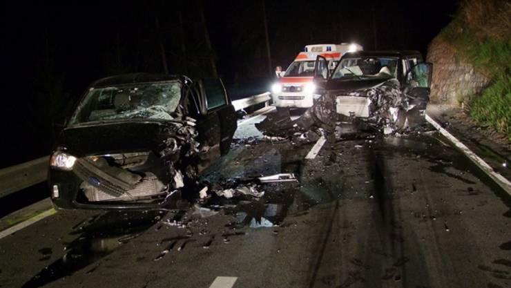 Totalschaden: Die beiden Unfallwagen mussten abtransportiert werden.