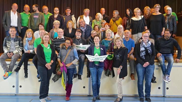 Gruppenbild an der Finissage: OK-Präsidentin Nicole Rebholz Ingold (in der Mitte vorn) mit den Kunstschaffenden.