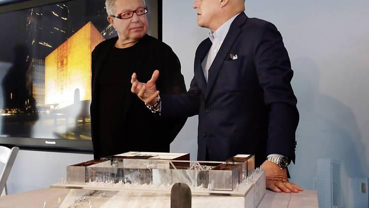 Der Architekt des World Trade Center, Daniel Libeskind (l) mit Ronald Perelman, dem Stifter der Kulturhalle im World Trade Center-Komplex. Im Vordergrund das Modell.