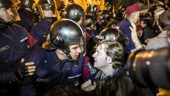 Protest gegen Orban vor dem Parlament in Budapest