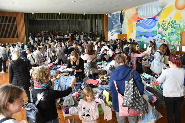 Die Kinderkleiderbörse im Zwinglihaus lockte einmal mehr hunderte von Frauen und sogar vereinzelt Männer an