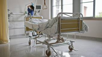 Durch den Türspalt fotografierte der Polizist die Gefangene im Spitalbett. (Symbolbild)