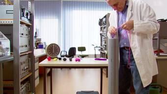 Sieht nicht so aus, ist aber wahr: dieser Mann testet Sexspielzeuge.