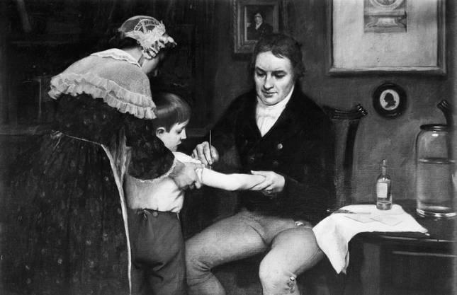 Der englische Landarzt Edward Jenner testet den von ihm entwickelten Pocken-Impfstoff zuerst an seinem Sohn – mit Erfolg.