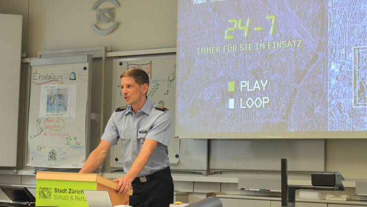 Yves Lüthi von der Berufsfeuerwehr Zürich informiert.