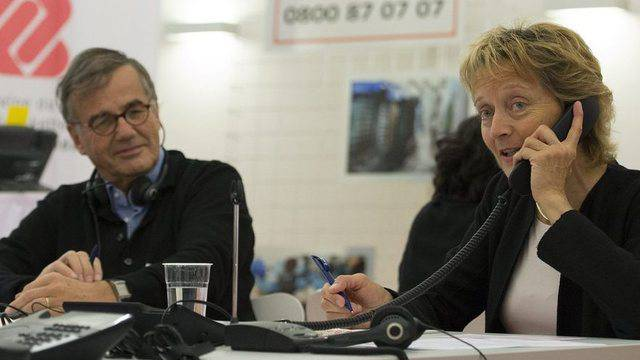 Bundespräsidentin Eveline Widmer-Schlumpf nimmt einen Spendenanruf entgegen