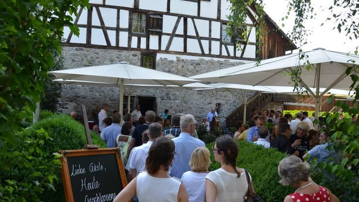 Grossandrang vor dem Restaurant Stürmeierhuus in Schlieren bei der offiziellen Wiedereröffnung