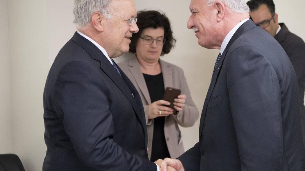 Bundesrat Johann Schneider-Ammann wird vom palästinensischen Aussenminister Riad al-Maliki begrüsst. Wirtschaftsminister Schneider-Ammann hat am Samstag eine dreitägige Reise nach Israel und Palästina begonnen.